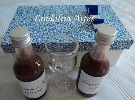 LEMBRANÇA PARA PADRINHOS DE CASAMENTO... licor com copinhos em caixa que se transforma em porta-retrato