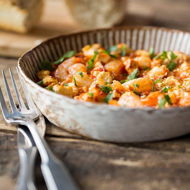 Ein Auflauf nach griechischer Art? Feta, frische Garnelen und eine leichte Tomaten-Weißwein-Sauce und schon genießt du pures Urlaubsfeeling.