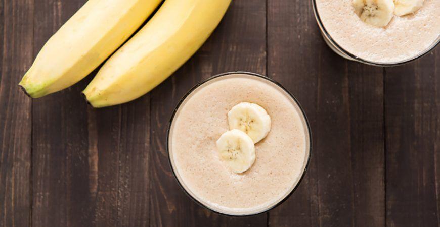 Ingrédients pour 2 personnes : 1 banane 30 cl de lait d'amande 1 c. à soupe de beurre de cacahuètes Glaçons Préparation : Mixez les ingrédients dans un mixeur. Ajoutez des glaçons et mixez à nouveau. Et hop,bon appétit !
