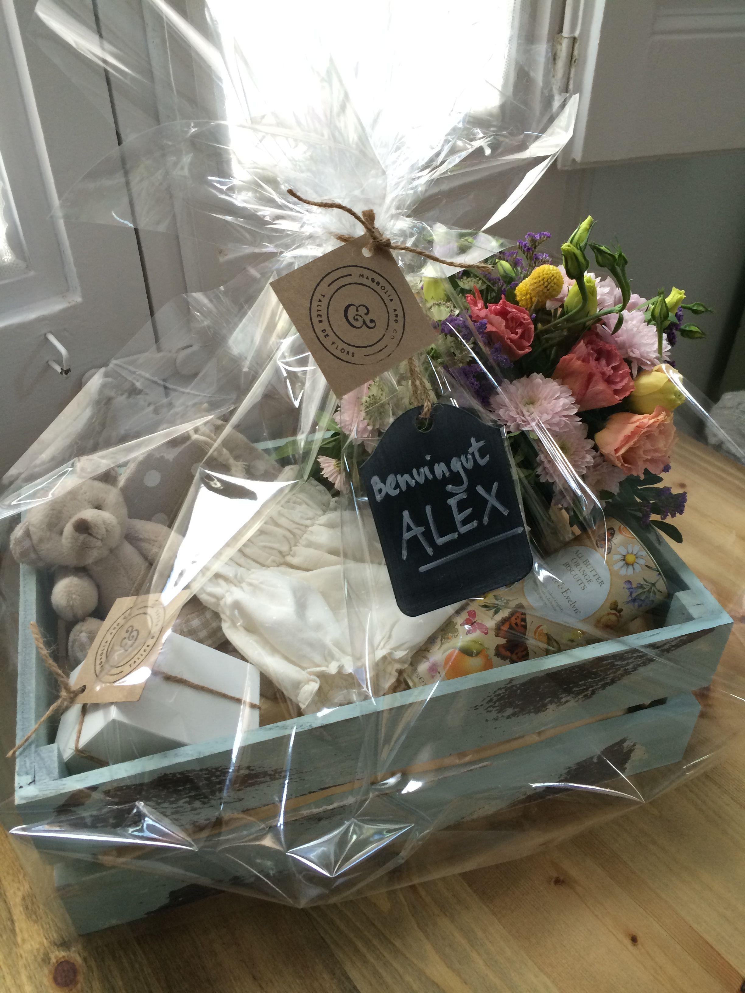 Caja con regalos para reci n nacido de magnolia and co for Cosas para regalar en una boda