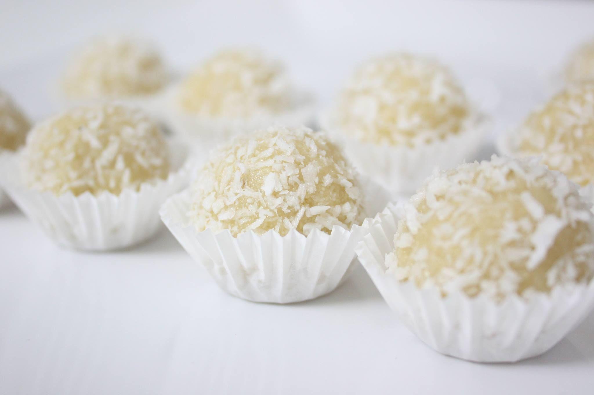 Bomboane cu cocos.  Reţeta o puteţi găsi aici în format text dar şi video: http://www.babyboom.ro/bomboane-cu-cocos/