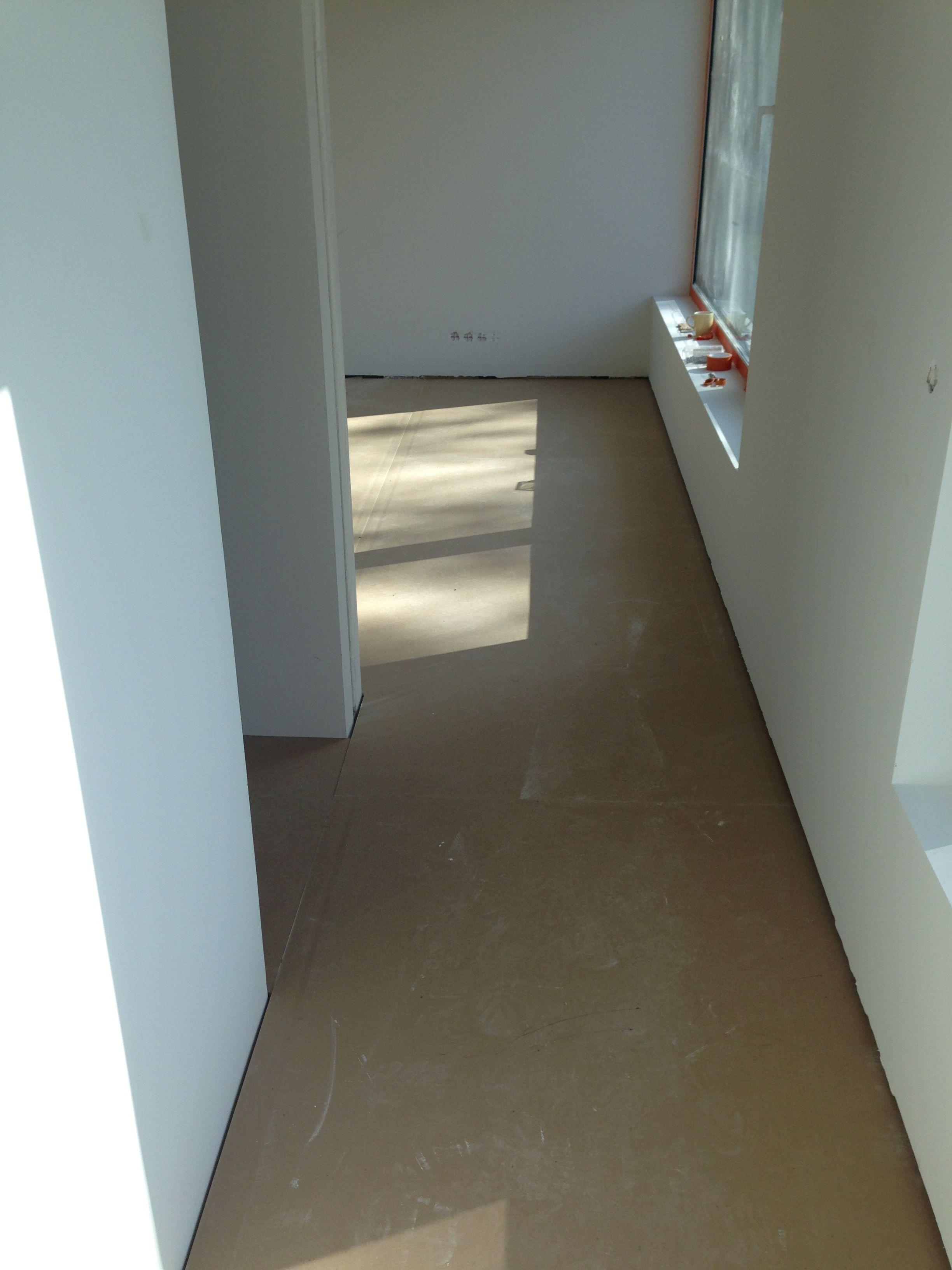 Yläkerran lattia parkettia vaille valmis 1.8.2014