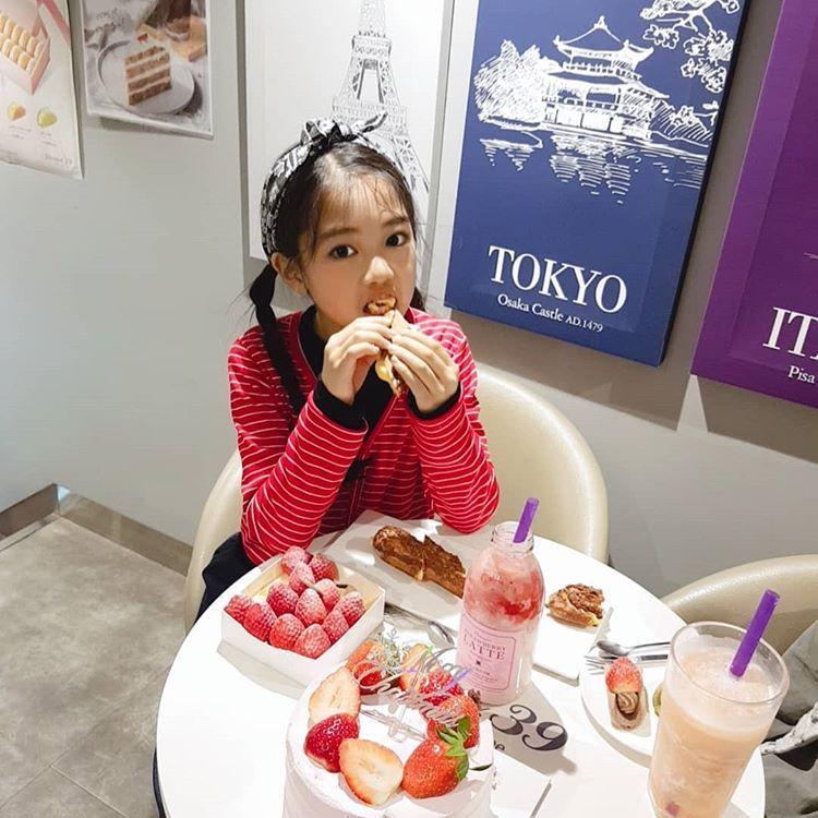 나하은 (Na Haeun)さんはInstagramを利用しています:「디저트는요기 딸기를사랑하는나자매ㅎㅎ 유명한디저트를한자리에서 먹을수있어서!대박대박🙀 당떨어진저는당충전완료! 맛있는거먹어서행복행복해요 . Come for desserts here! Na Sisters love strawberries! Its…」