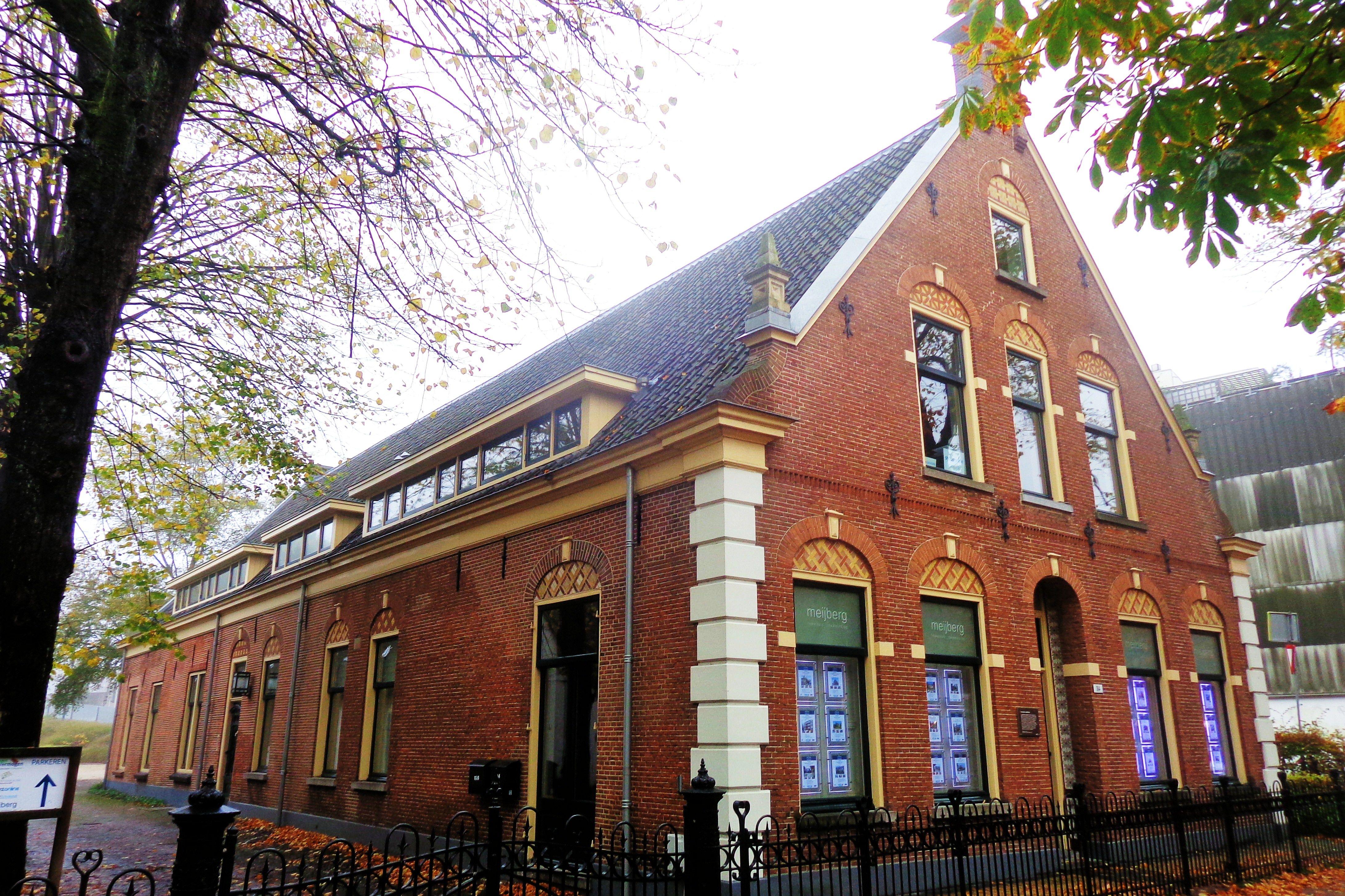 In dit pand begon in 1918 de Nederlandse Seintoestellen Fabriek. Het complex, thans rijksmonument, wordt daarom beschouwd als de bakermat van Hilversum als mediastad. Eerder was hier achter de woning van de ondernemer een tapijtfabriek gevestigd. Ook heeft het pand dienst gedaan als leeszaal.
