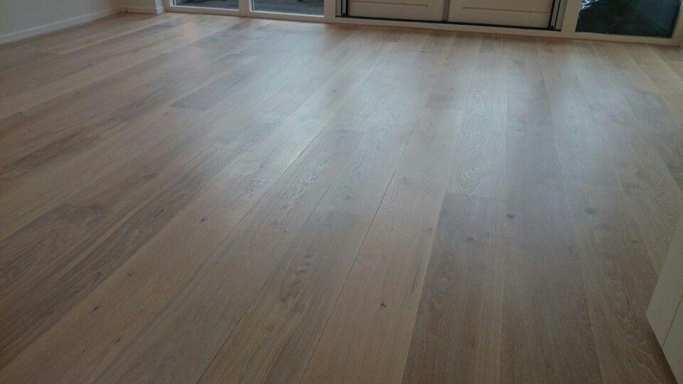 Eiken vloer afgewerkt met parket olie monocoat kleur wit houten