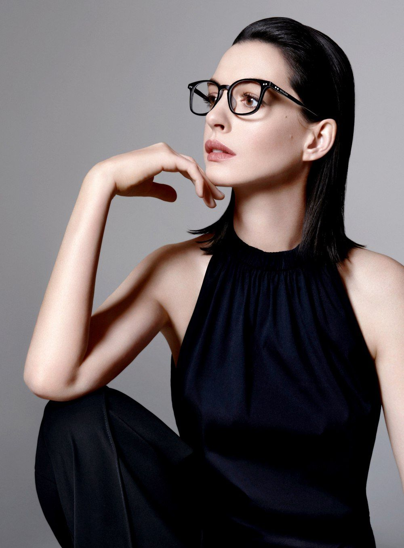 Ebenholz Sandy mit sexy Brille