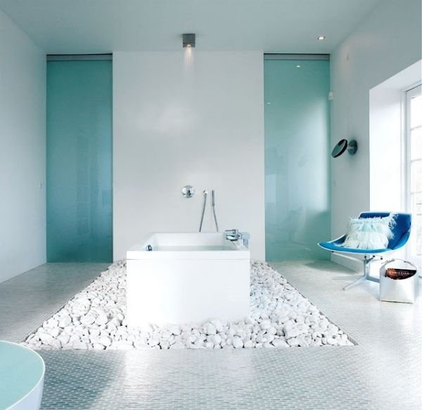 bad design ideen blau hell drehstuhl dekokissen beleuchtung frei, Wohnzimmer design