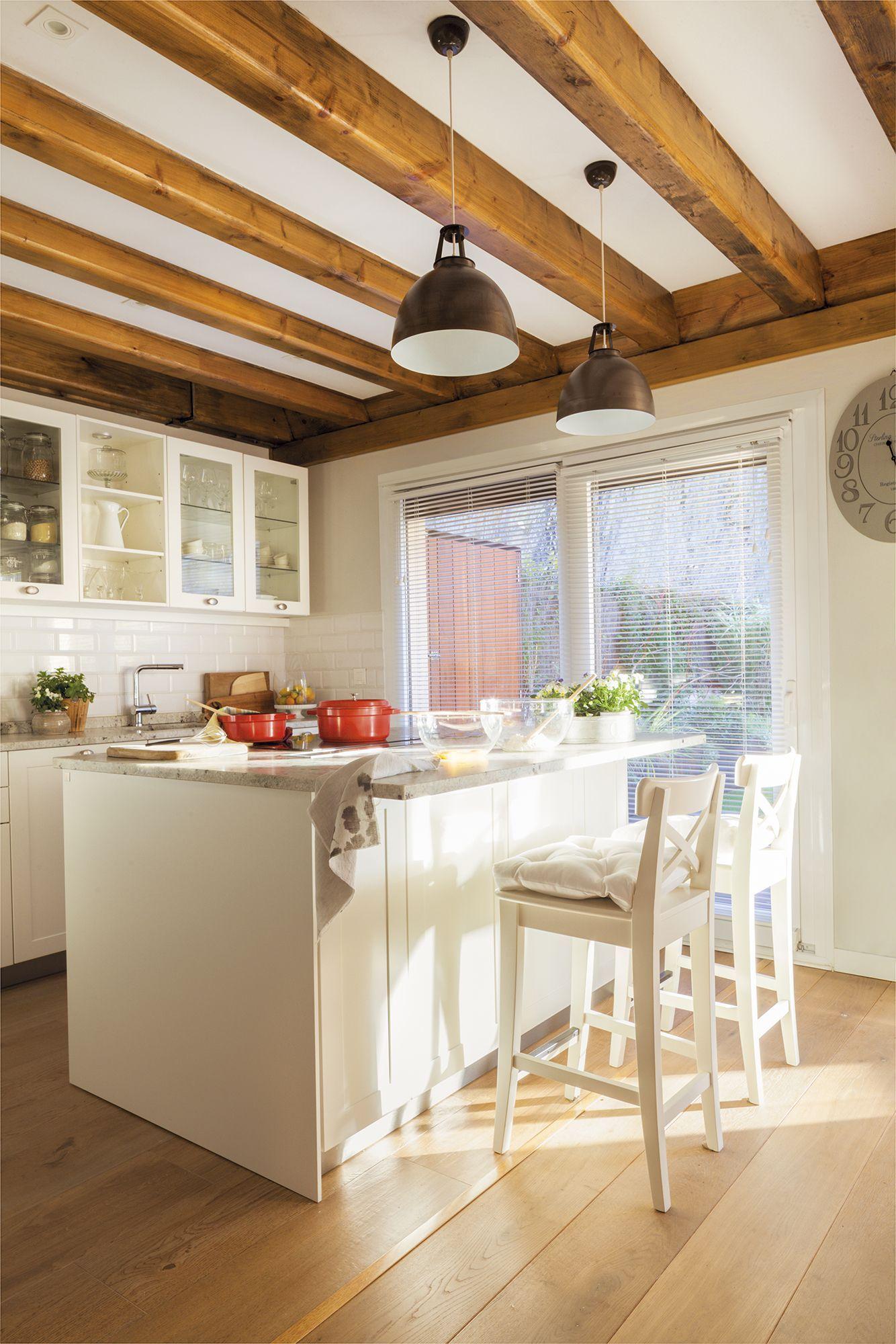 Cocina campestre en blanco con isla con taburetes #elmueble #cocinas ...