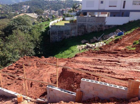 Casas em declive e aclive vale a pena dicas 36 projetos projeto casa de campo pinterest - Construir casa en terreno rustico ...
