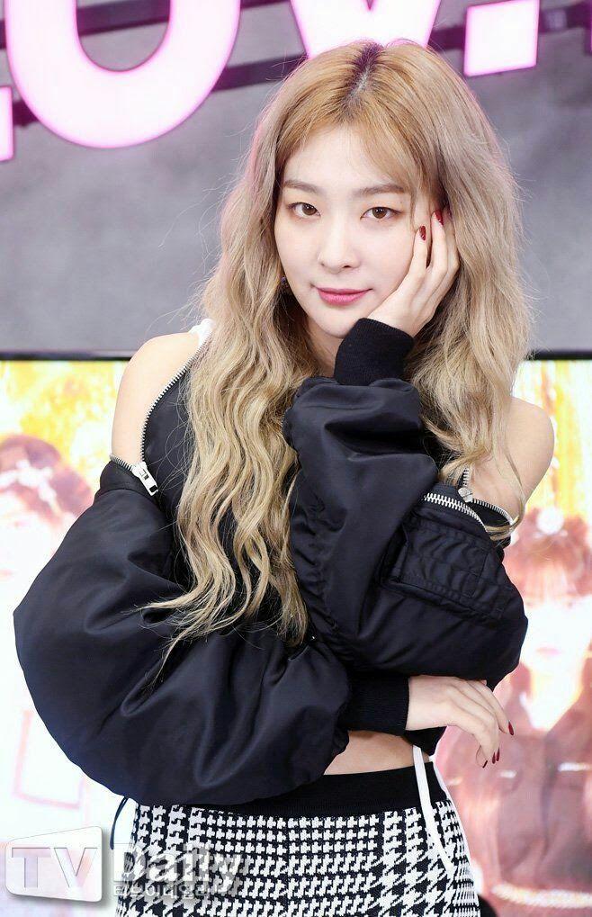 13 Female Idols Slay Blonde Curly Hair So Well Beautiful Girlzs Curly Hair Styles Red Velvet Red Velvet Seulgi
