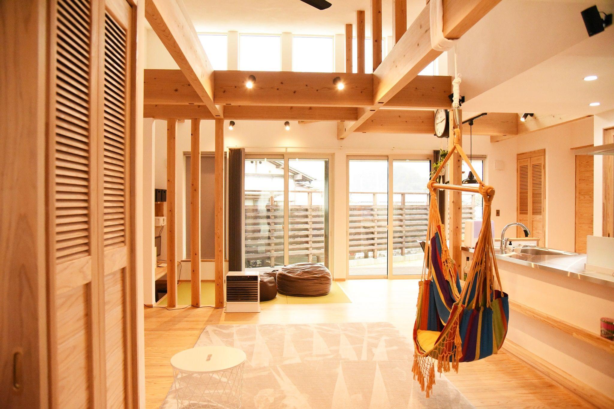 天井が程よい高さの吹き抜け空間広がる平屋です Ldkと ワーク