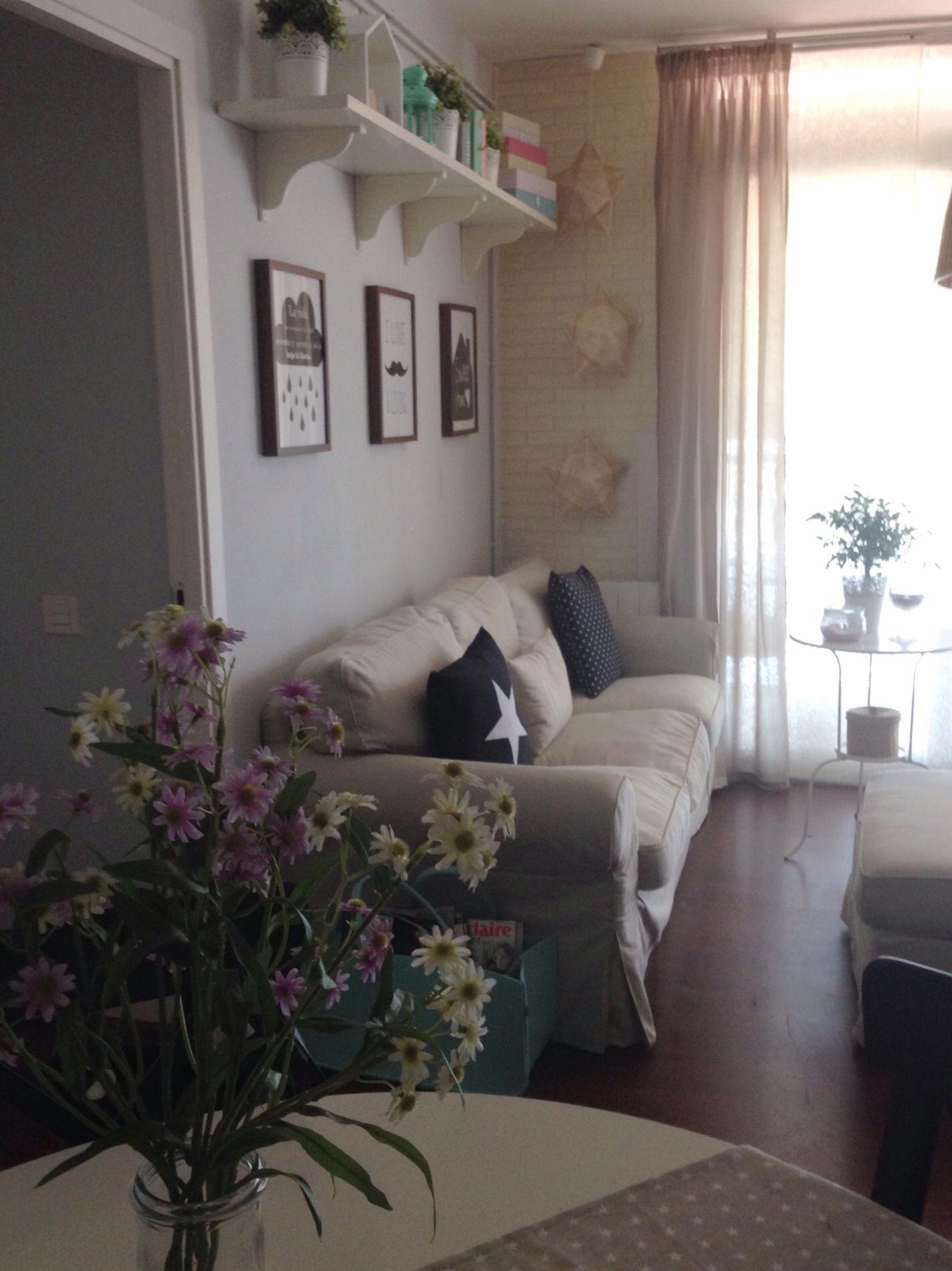 Perspectiva del salón. Muebles de ikea y detalles de decoración como ...