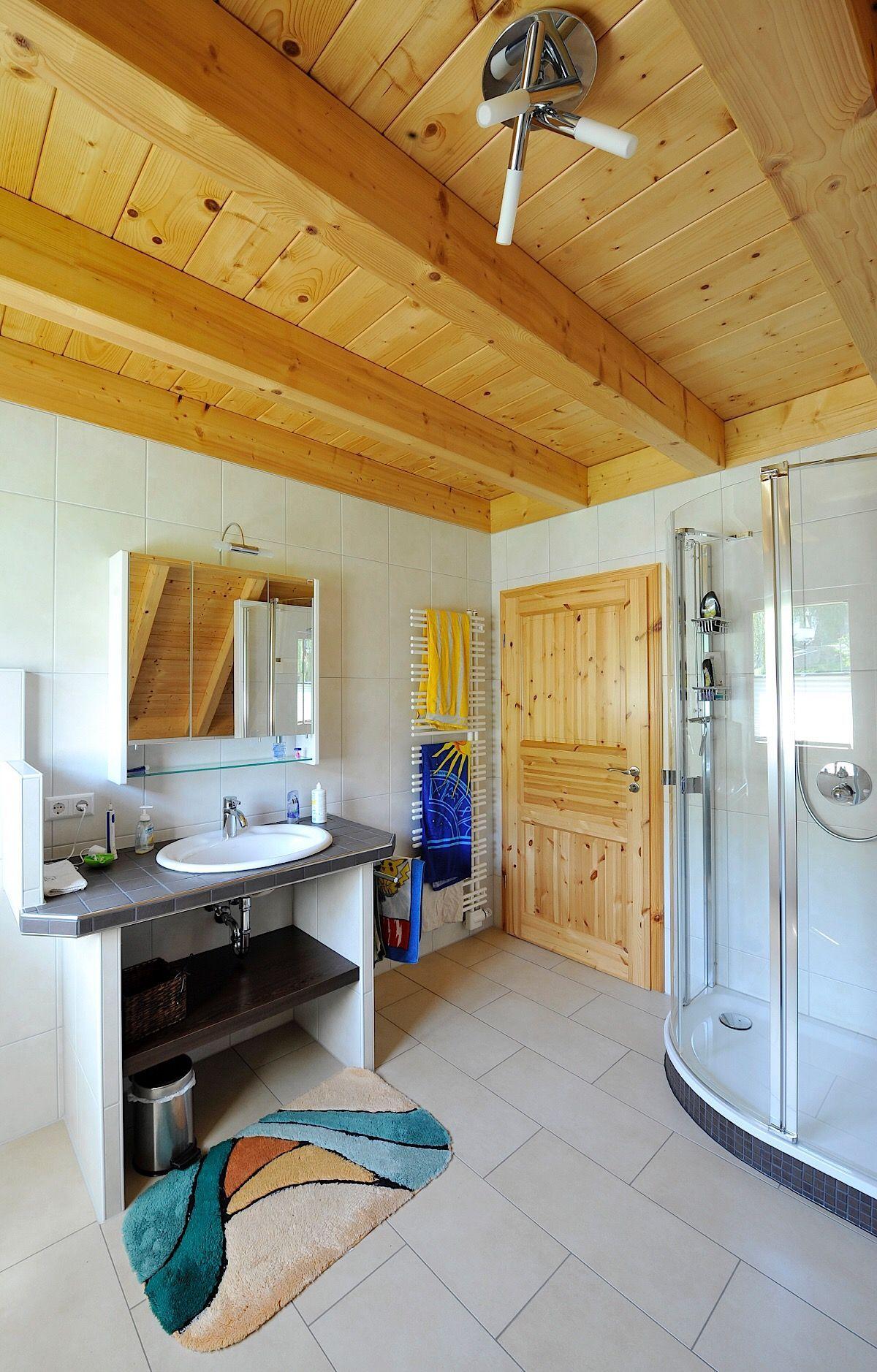 Badezimmer mit Holzbalkendecke & Waschtisch gemauert - Bad ...