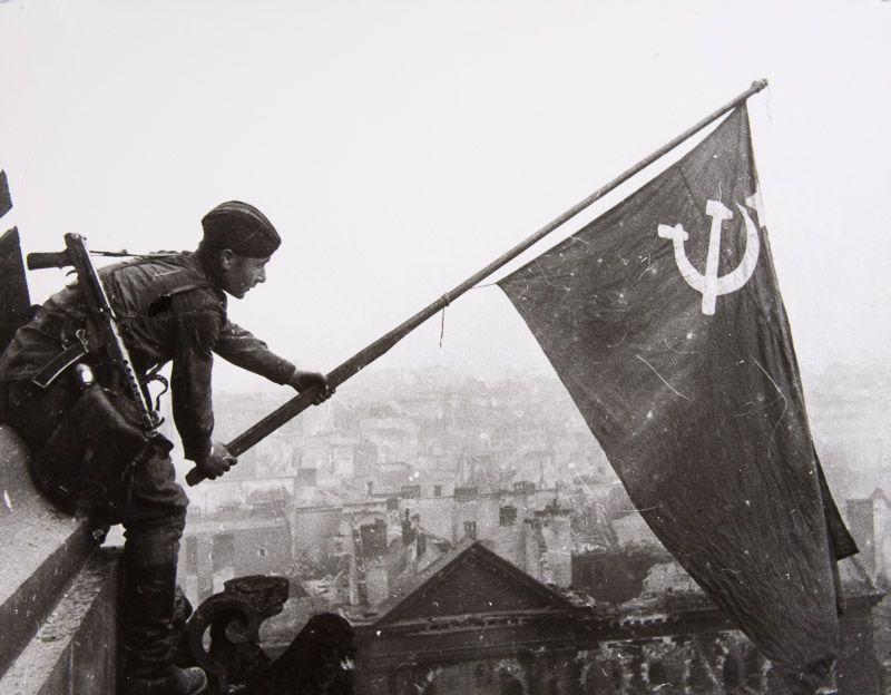 Yevgeny Khaldei :: Raising the Soviet Flag over the