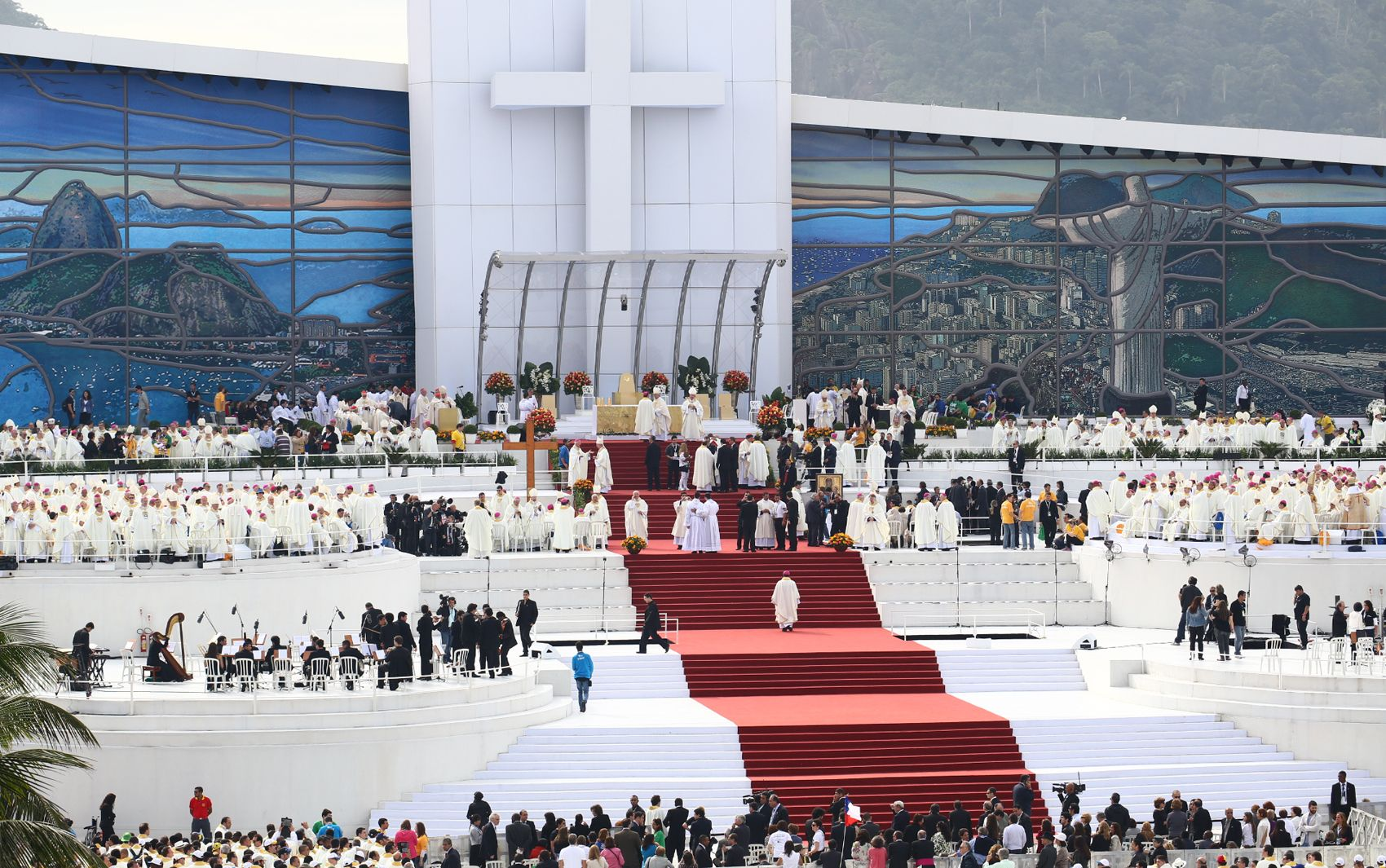 28/7 - Papa Francisco sobe ao palco de Copacabana para rezar a Missa de Envio