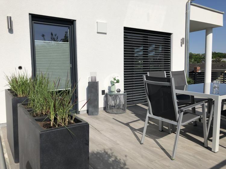 Diese Terrasse Wurde Mit Pflanzkubeln Beton Und Einem Windlicht
