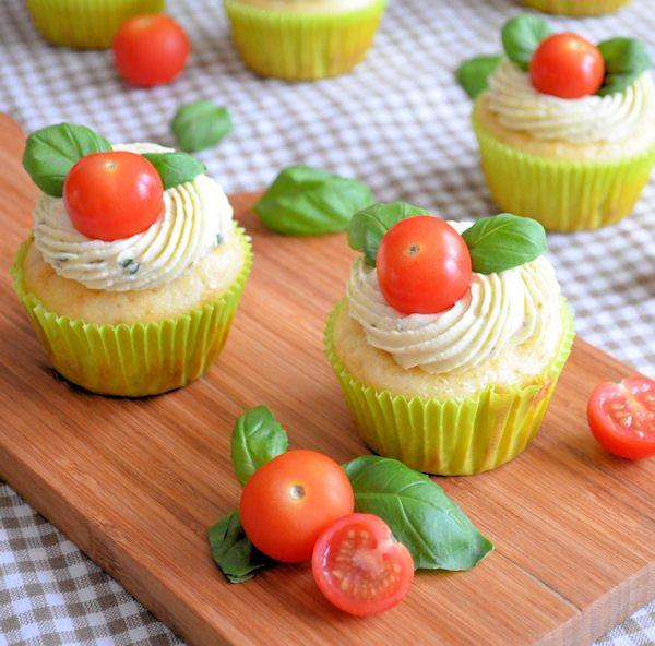 deze hartige caprese cupcakes zijn het bewijs dat cupcakes niet
