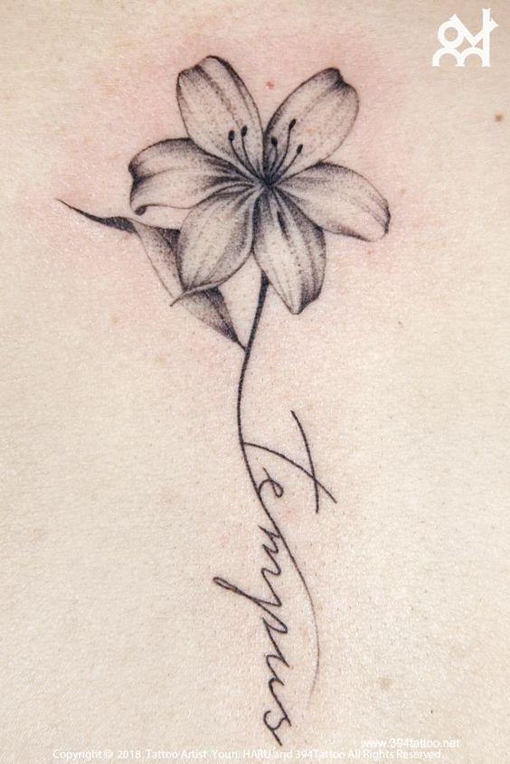 , Blumentattoo & Schriftzug #flowertattoos – Flower Tattoo Designs Blumen Tattoo Designs, My Tattoo Blog 2020, My Tattoo Blog 2020