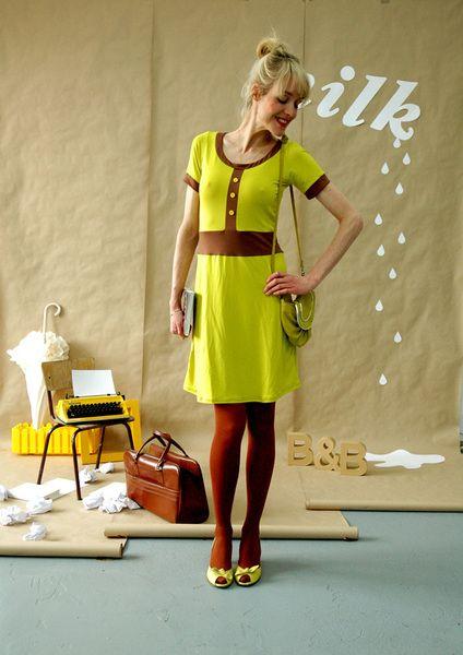 Schönes Kleid in gelbgrün aus weicher Viskose. Abgesetzt mit braunen Bündchen und verziert mit einer Knopfleiste.        Das Kleid ist erhältlich in 3