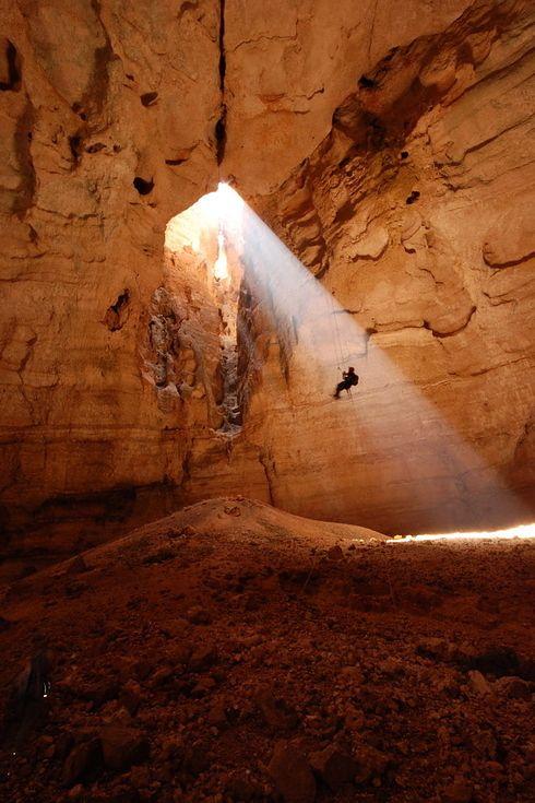 Versteckt im Herzen der brauen Hügel am Fuße des östlichen Al Hajar Gebirges, liegt die Majlis Al Jinn Höhle, auch Salma Höhle genannt