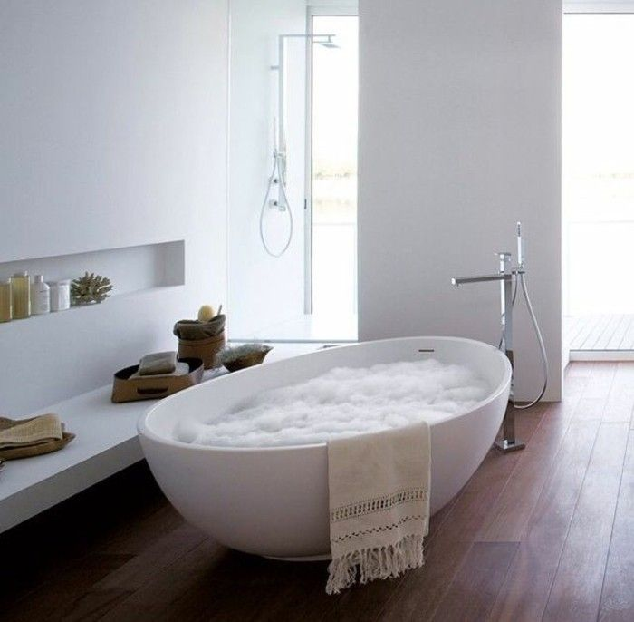 selon les dernires tendances pour la salle de bain la baignoire ovale est un succs absolu pour le moment le march offre une grande varit de modles et - Salle De Bain Avec Baignoire Ilot
