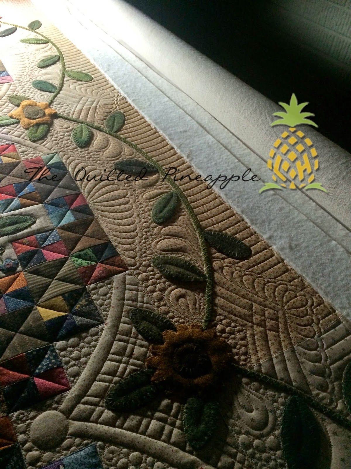 THE QUILTED PINEAPPLE: Sunflower Gatherings - Primitive Gatherings SBOW 2014--Gorgeous quilting by Linda at The Quilted Pineapple!