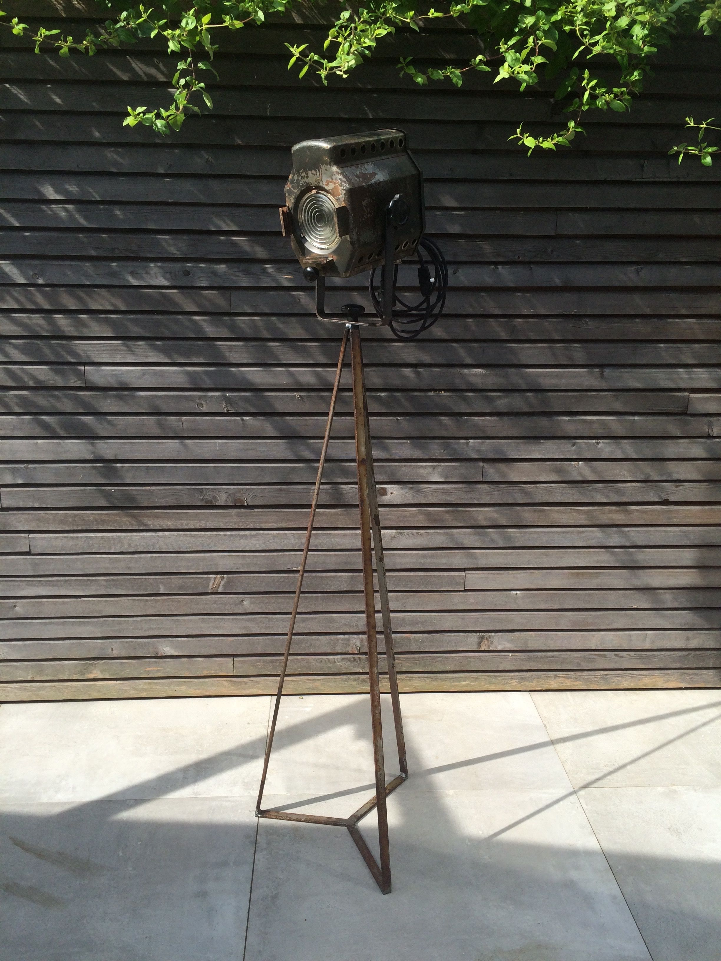 Gerecycleerde theaterlamp met nieuwgemaakt statief #recycled ...