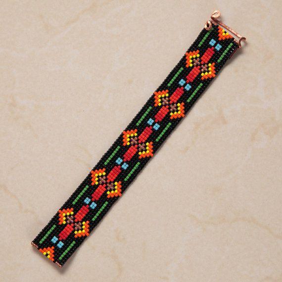 Ce bracelet manchette de North Valley perle Loom a été inspiré par les beaux motifs Amérindiens, que je vois autour de moi ici à Albuquerque, Nouveau-Mexique. Comme pour toutes mes pièces, je lai ai créé sur un métier à tisser perles avec grand soin et souci du détail.  Remarque importante : S'il vous plaît mesurer votre poignet avant le placement de commande, pour assurer un ajustement adéquat. Ces bracelets ne sont pas réglables.  Les perles utilisées dans cette pièce sont mes préférés…