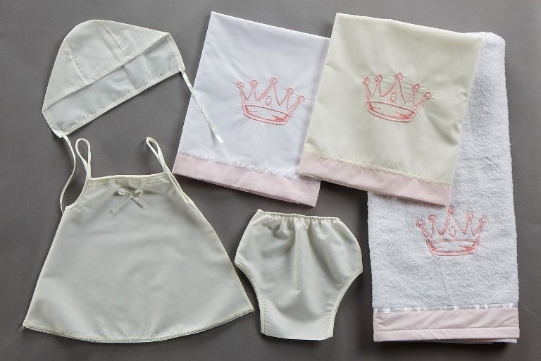Σετ λαδόπανο για κορίτσια κορώνα σε λευκό-ροζ και εκρού ροζ.Όμορφο κέντημα  με 5bcc61ff790