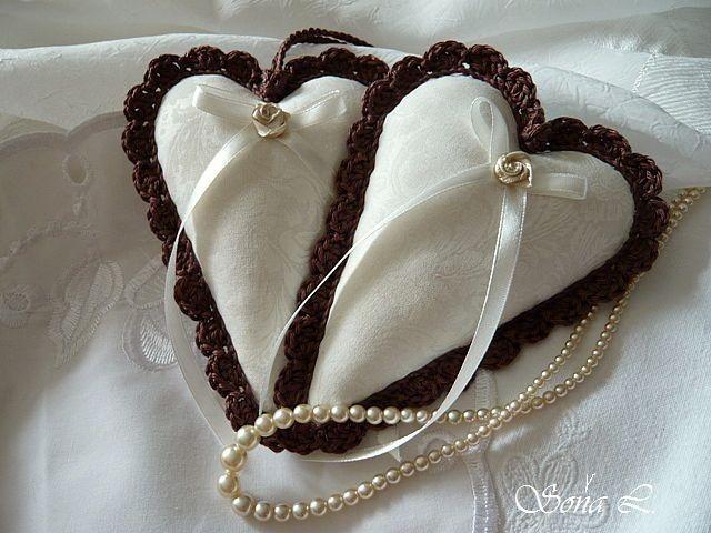 Starobylé srdíčko ~ smetanové v hnědém kabátku ....s láskou vyráběné, s láskou dotýkané Dekorační srdíčkoje ušité z bavlněnédovozovélátky (barvy smetanové s jemným vzorem ornament) a naplněné dutým vláknem s trochou sušené levandule. Srdíčko je dozdobené háčkovanou krajkou ve smetanové barvě. Moc hezká dekorace nebo jako milý originální dárek či ...