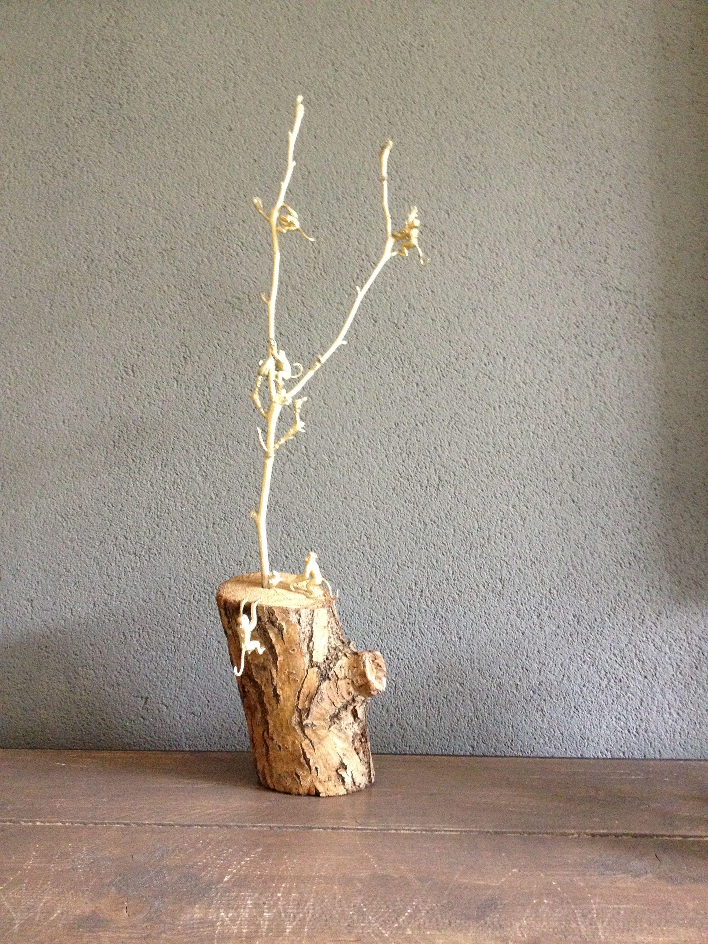Goud gespoten Magnolia tak met aapjes op een boomstronk