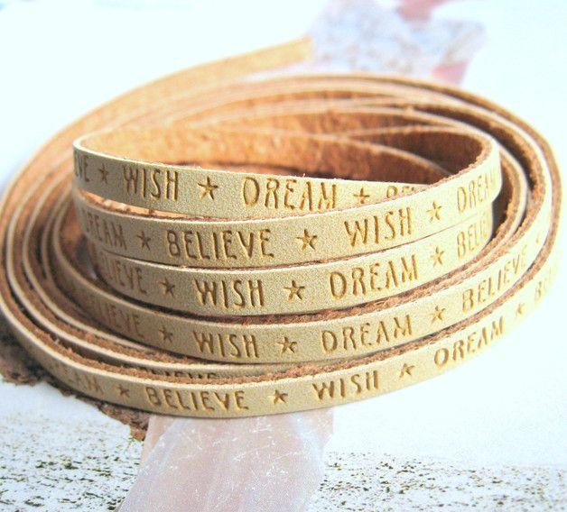 Tolles Flachlederband, 5 mm breit, mit geprägtem Slogan Wish Dream Believe in camel. Total stylish und super für trendy Lederarmbänder :-).  Dieses Angebot bezieht sich auf 40 cm des...