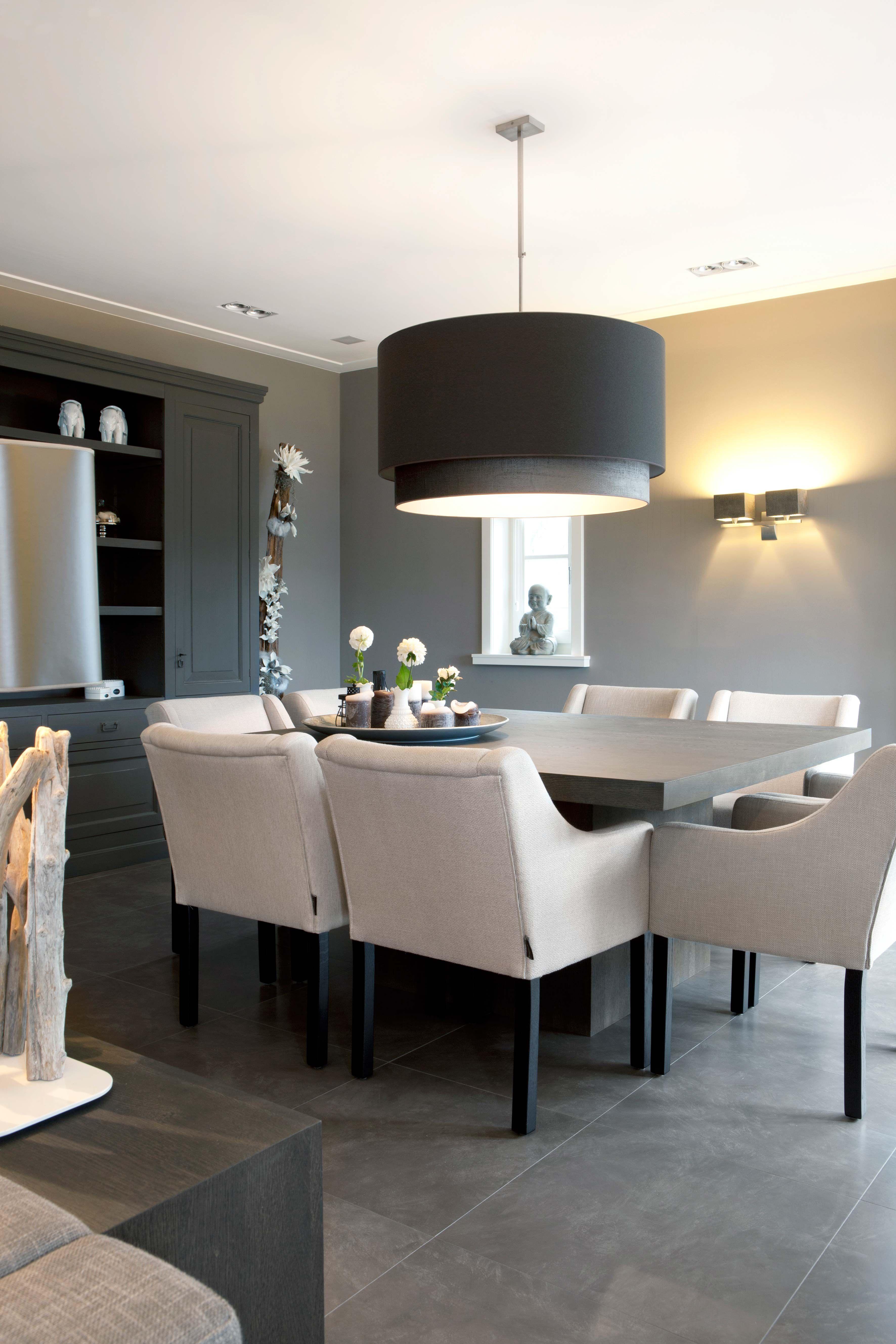 Une salle à manger #design #noir #blanc #moderne #gris #déco ...
