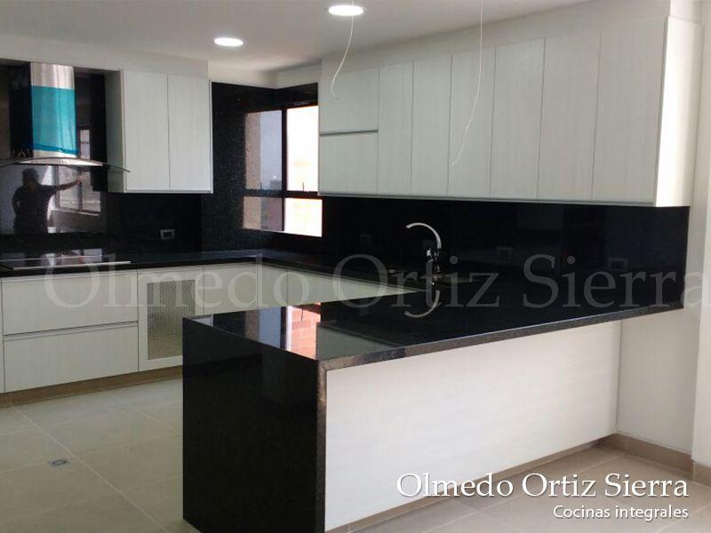 Cocina grande blanca con negro Diseño a la media #cocinasintegrales - Cocinas Integrales Blancas