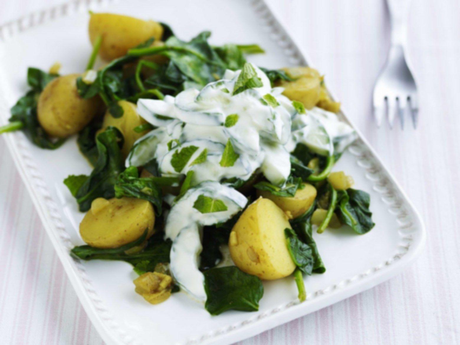 Kartoffel-spinatcurry med agurkeraita - www.sæson.dk