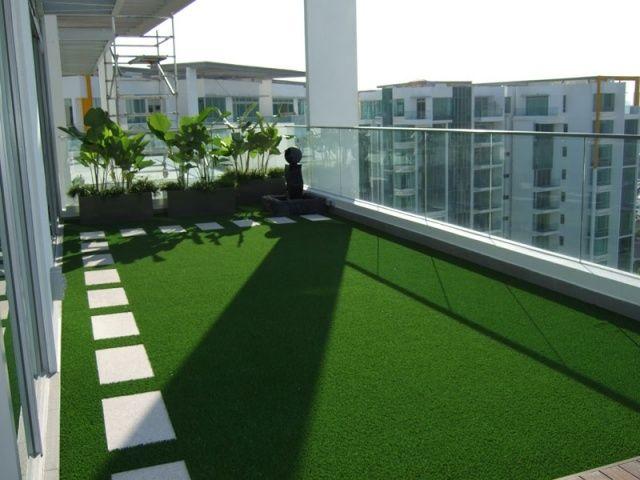 Gazon artificiel au balcon conseils pratiques et id es de for Decoration jardin gazon synthetique