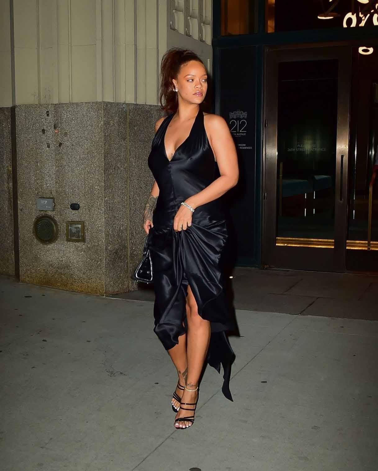 Rihanna Beautiful Black Dress New York 13 06 2019 Celebvegas Rihanna Style Rihanna Black Dress Beautiful Black Dresses [ 1516 x 1217 Pixel ]