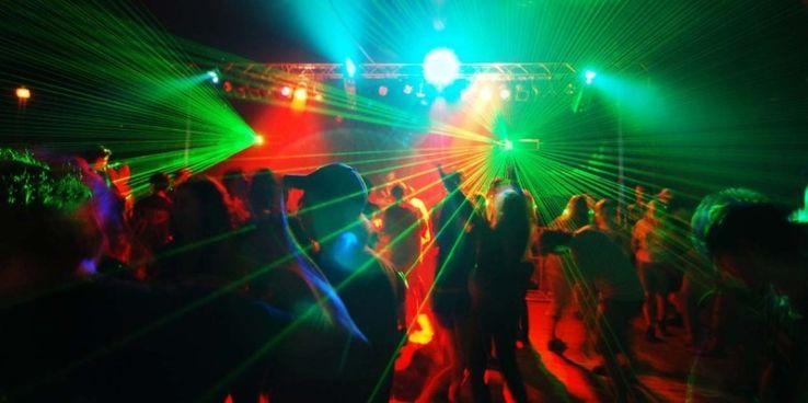 Ночной клуб для 16 летних адреса свингер клубом москвы