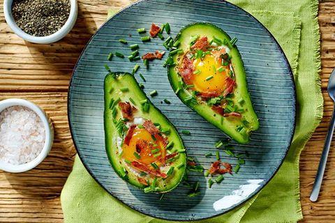 Jeśli masz już dosyć jajecznicy, sięgnij po pyszny przepis na jajka pieczone w połówce awokado. Doprawione, z boczkiem i szczypiorkiem będą smakować wybornie!