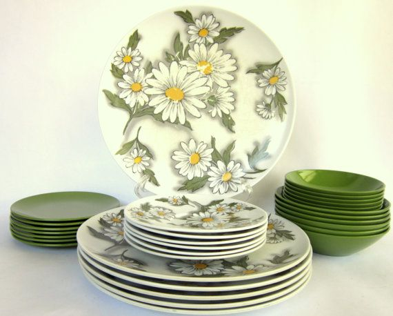 Vintage Daisy Melamine Dinnerware Service For 6 People 31 Pieces 1960 S Melmac Plastic Picnic Camping Dishes Melamine Dinnerware Dinnerware Melamine Dishes