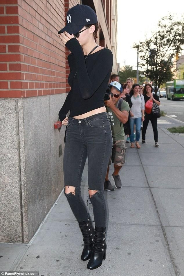 8eafbdae495 Kendall Jenner wearing New Era 59fifty New York Yankees Cap
