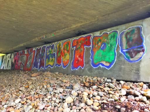 Juhannus sillan alla.