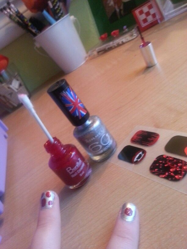Diy .....Halloween nail affect .....what you need : red and silver nailpolish cu tip and of course your ......Nails