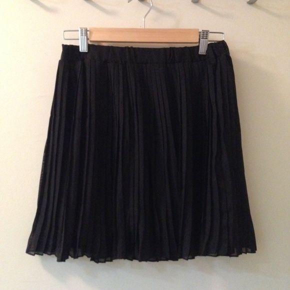 Pleated skirt A feminine pleated skirt you can easily dress up any day! :) Length: 17in Skirts