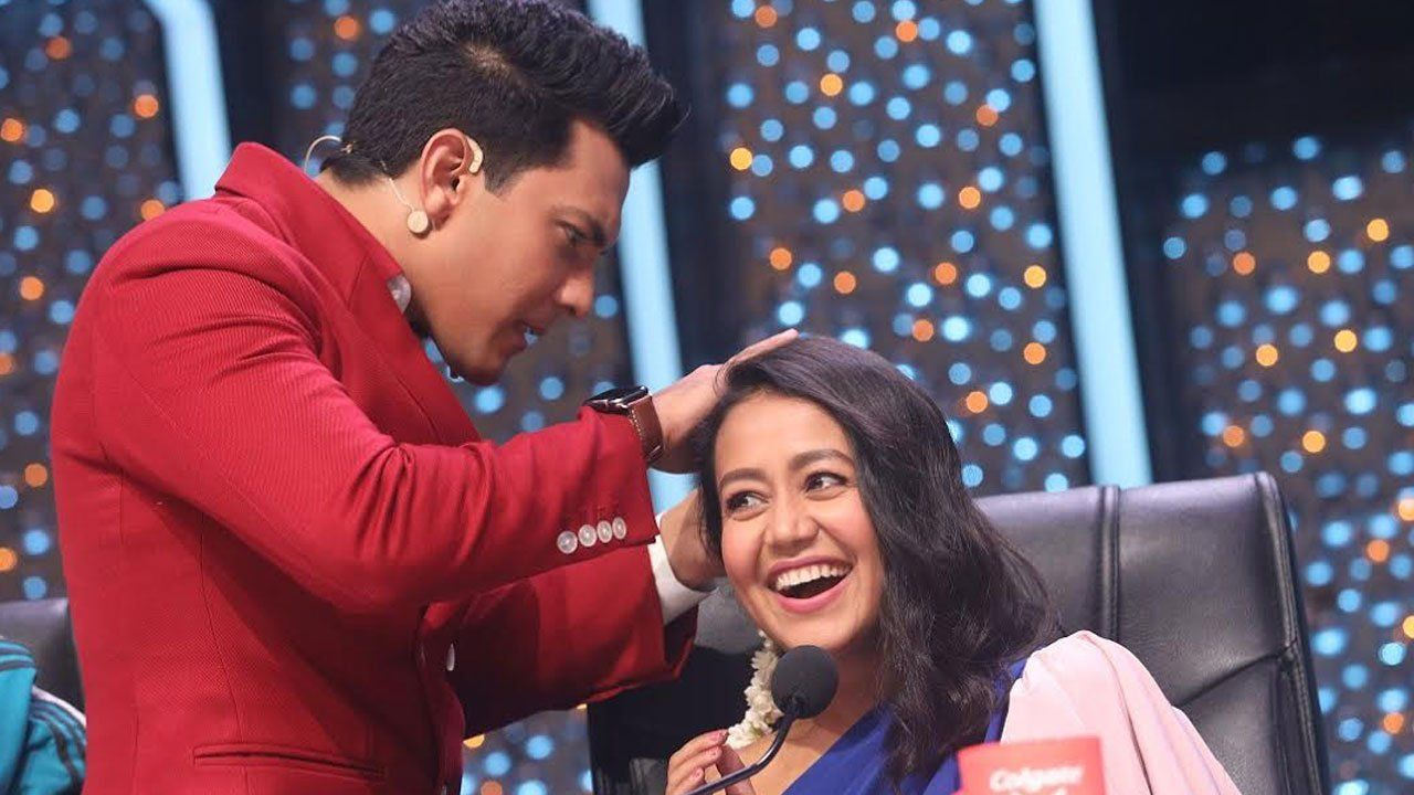 Indian Idol 11 Gajra Moment For Neha Kakkar And Aditya Narayan With Images Indian Idol