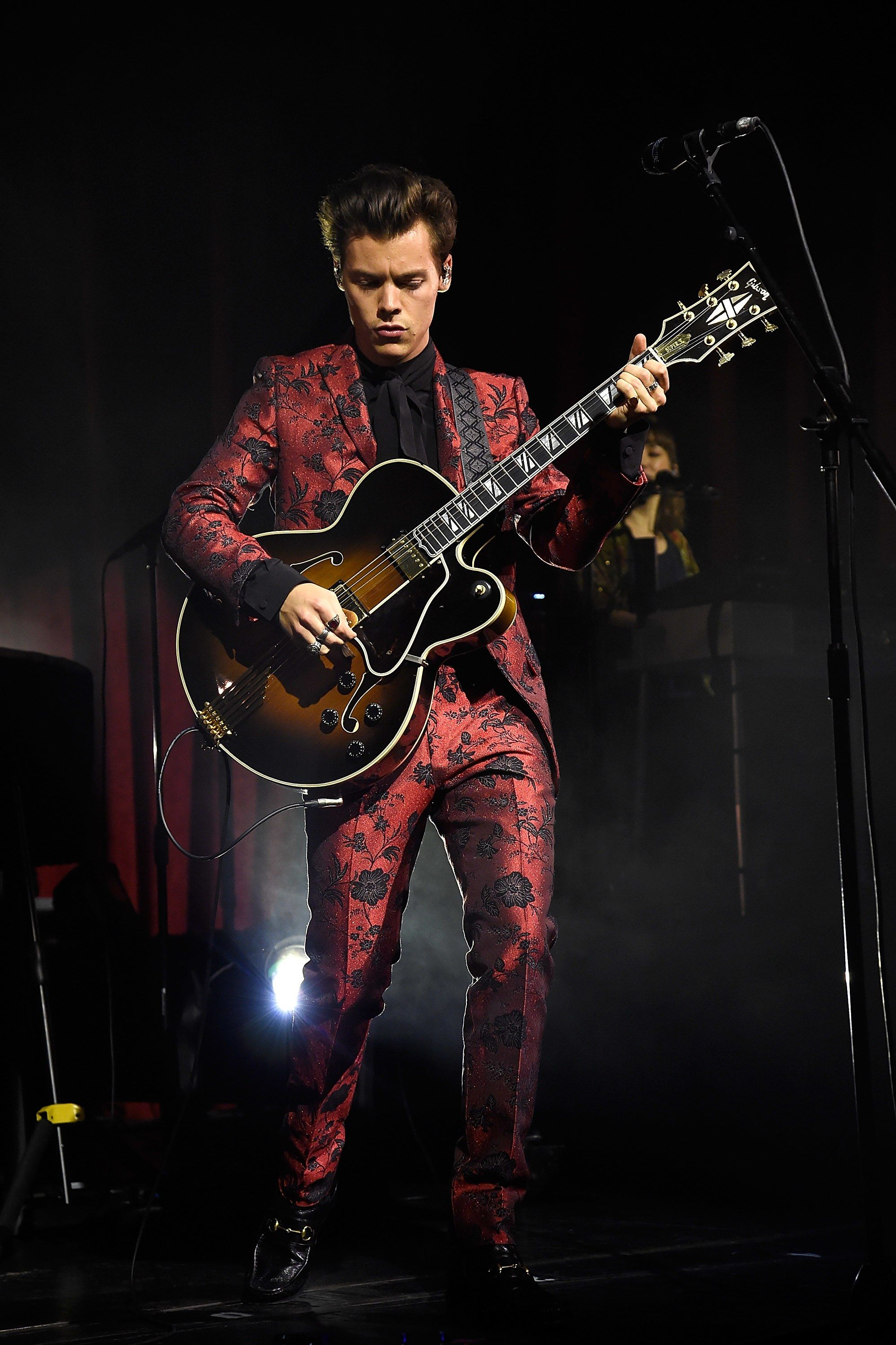 b5b91f5eee 15 Amazing Suits That Harry Styles Wore on His World Tour in 2019 ...
