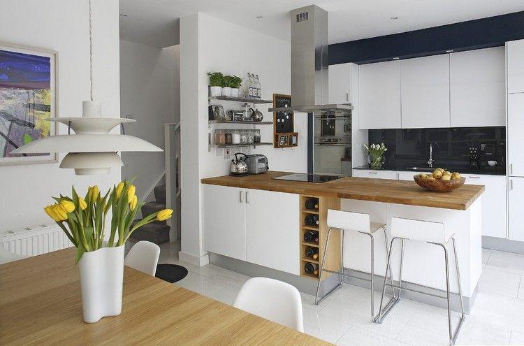 Küche mit Kochinsel - weiße Fronten und Holz Arbeitsplatte ...