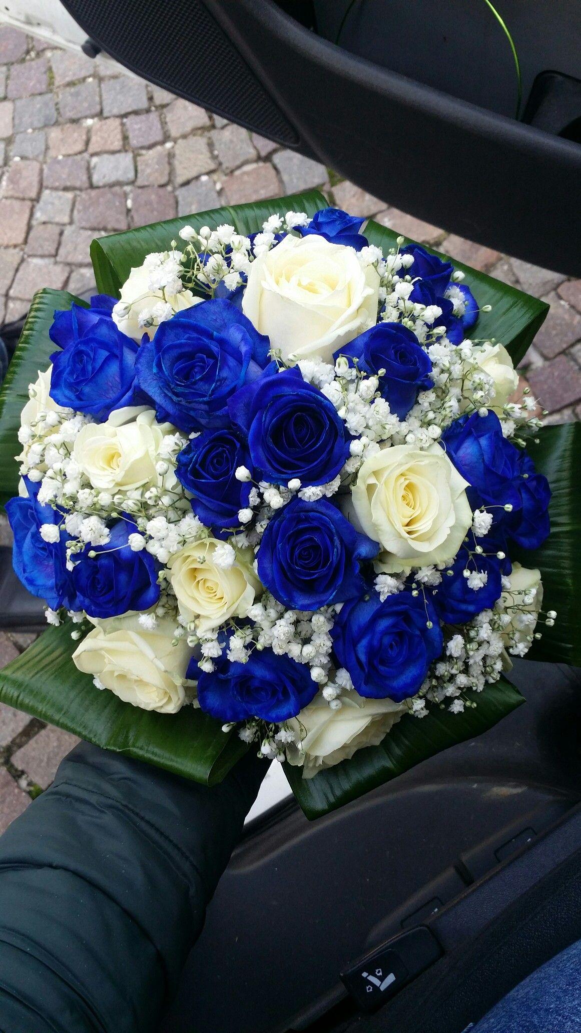Bouquet Sposa Con Rose Bianche E Blu.Bouquet Con Rose Blu E Bianche Piu Gypsophila Fioreria