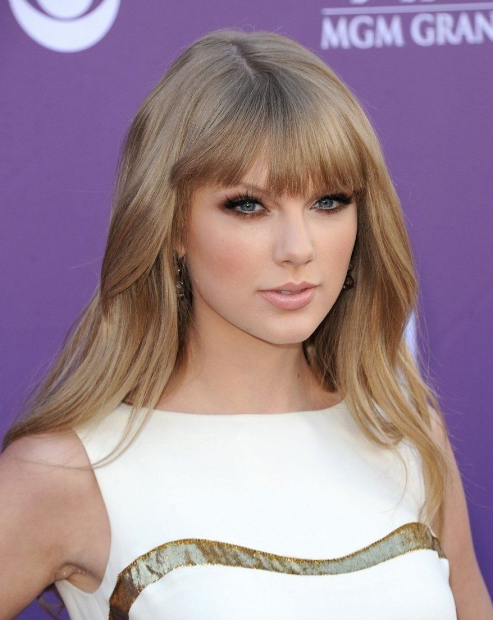 Pin By Em On R O U G E Taylor Swift Hair Long Hair With Bangs Taylor Swift Makeup