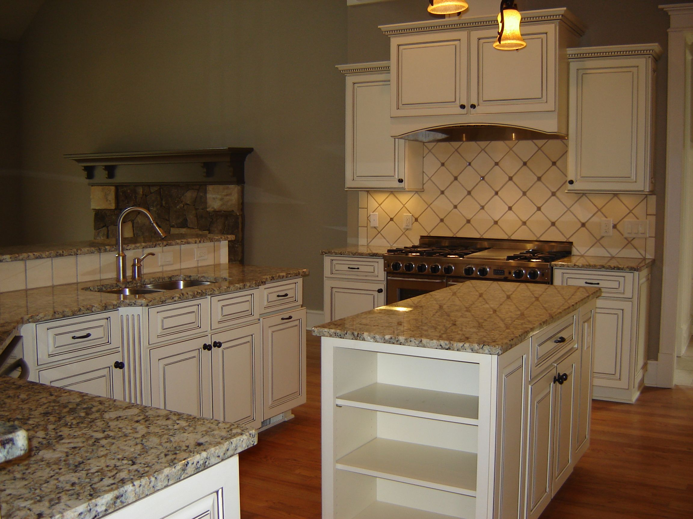 Gabinetes de cocina refacing tampa - Dove White Kitchen Cabinets With Taupe Grey Glaze Gallo Napoleone Granite Project Marietta